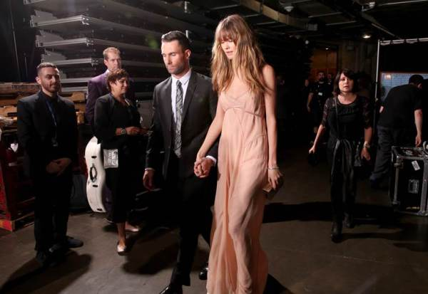Behati Prinsloo: la Victoria's Secret Angel aux Grammys