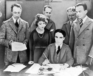 Première rangée : David W. Griffith, Mary Pickford, Charles Chaplin et Douglas Fairbanks. Deuxième rangée : Albert Banzhaf et Dennis F. O'Brien.