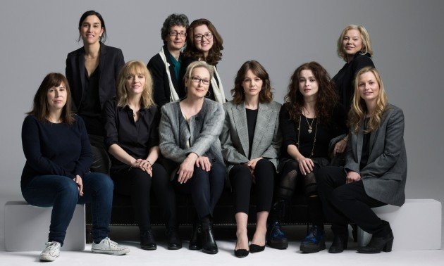 Gauche à droite: Sarah Gavron (réalisatrice), Helen Pankhurst (petite fille de Emmeline Pankhurst), Laura Pankhurst (petite fille de Emmeline Pankhurst), Alison Owen (productrice); Rangé avant: Abi Morgan (scénaristes), Anne-Marie Duff (actrice), Meryl Streep (actrice), Carey Mulligan (actrice), Helena Bonham Carter (actrice), Faye Ward (prodrice).