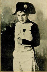 Chaplin en train d'essayer des costumes de Napoléon en 1930
