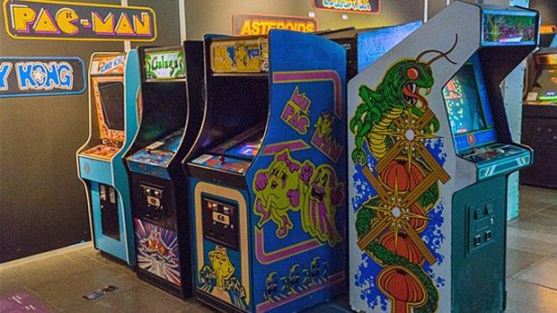 Des bornes d'arcade classiques accueillent les visiteurs au tout début de l'exposition : Donkey Kong, Galaga, Ms. Pac-Man et Centipede.