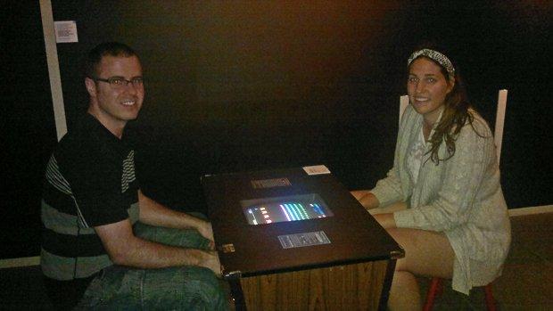 Ma sœur Ariane et moi en train de jouer à SPACE INVADERS, de Taito, lancé en 1978. Ce jeu est considéré comme le premier archétype du shoot them up.