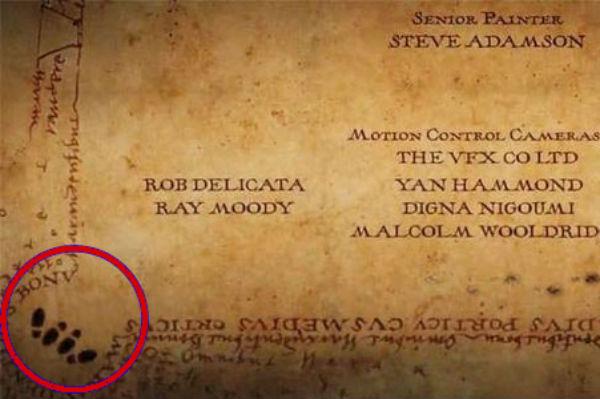 Dans Harry Potter and the Prisoner of Azkaban (2004), le générique prend l'apparence de la carte du maraudeur et montre des empreintes dans une position légèrement équivoque!