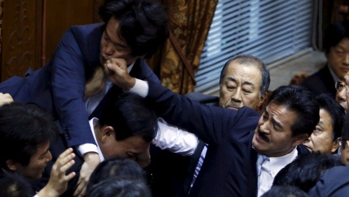 Japon:  bagarre au Parlement japonais (video)