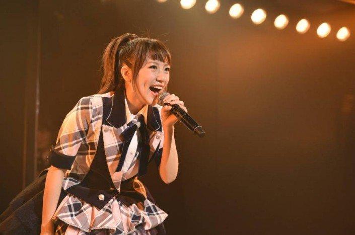 Minami Takahashi chante lors de son dernier spectacle dans le quartier de Akihabara à Tokyo.
