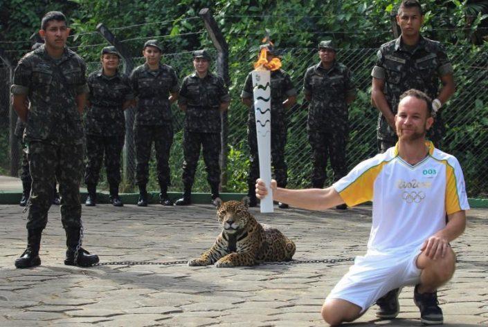 Le physiothérapeute brésilien Igor Simoes Andrade pose à côté de la jaguar Juma alors qu'il a pris part au relais flamme olympique à Manaus, au Brésil, le 20 Juin, 2016