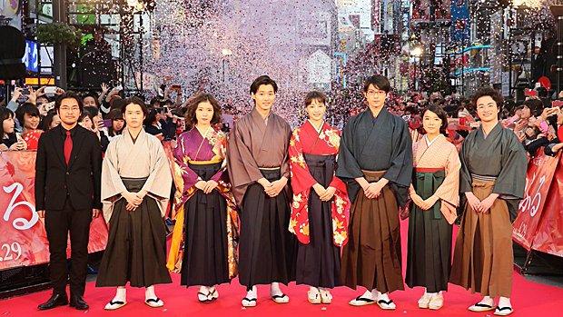 Le réalisateur et les acteurs à la première de Chihayafuru au Japon le 19 mars 2016.