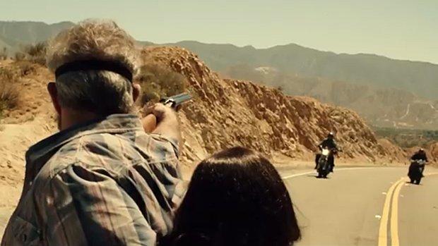 John Link utilise un fusil de chasse à canon scié comme dans Mad Max 2.