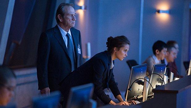 Tommy Lee Jones et Alicia Vikander dans Jason Bourne.