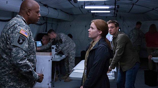 Forest Whitaker, Amy Adams et Jeremy Renner dans Arrival.