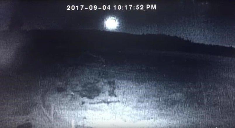 Un météorite passe au dessus de Bridge Lake, en Colombie-Britannique