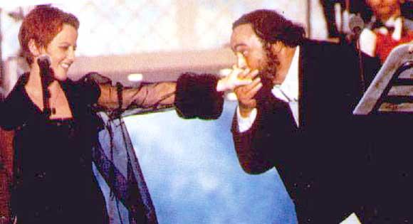 Luciano Pavarotti embrasse la main de Dolores O'Riordan après avoir chanté avec elle.