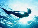 Siren: Eline Powell se transforme en sirène dans la série de Freeform