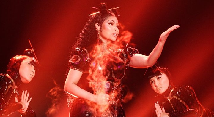 Nicki Minaj joue Chun-Li et Poke it out à Saturday Night Live
