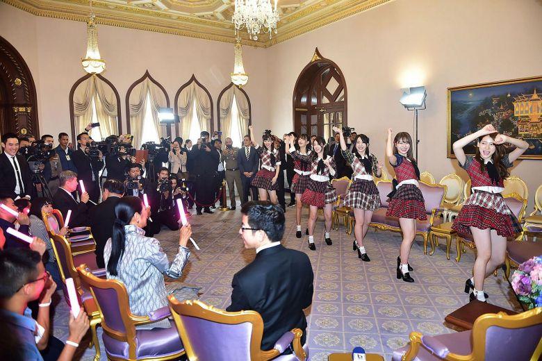 AKB48 joue en Thaïlande devant le premier ministre Prayut Chan-o-Cha