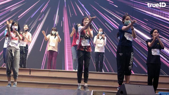 BNK48: Pichayapa «Namsai» Natha porte un drapeau nazi sur scène